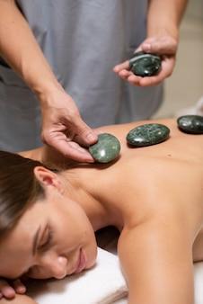 Feche as mãos segurando pedras do spa