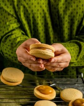 Feche as mãos segurando um biscoito