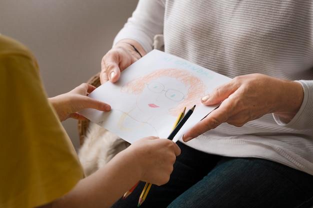 Feche as mãos segurando um desenho