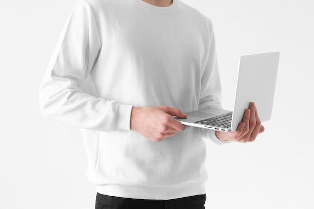 Feche as mãos segurando um laptop aberto
