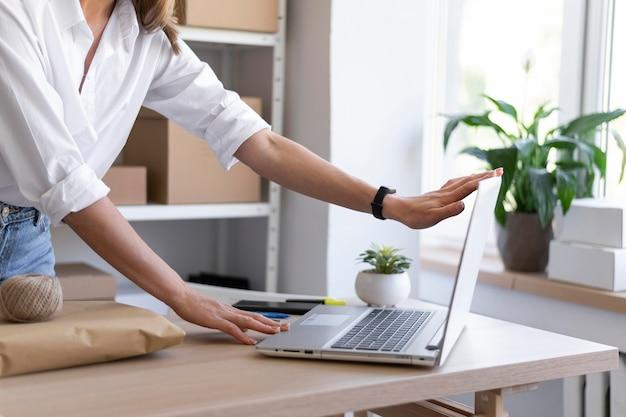 Feche as mãos segurando um laptop