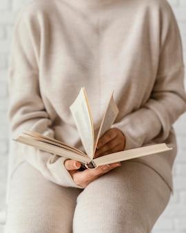 Feche as mãos segurando um livro aberto