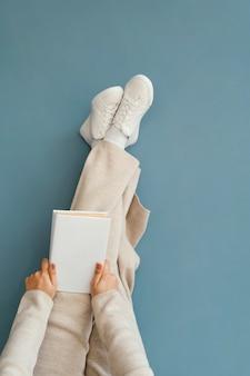 Feche as mãos segurando um livro