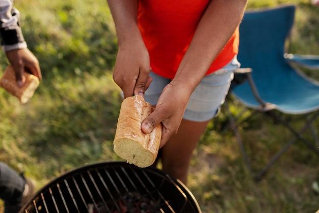 Feche as mãos segurando um pão