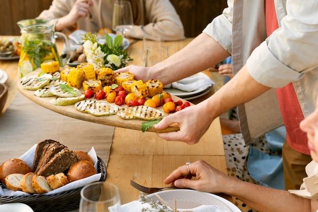 Feche as mãos segurando um prato de comida