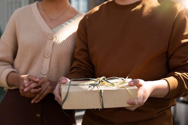 Feche as mãos segurando um presente