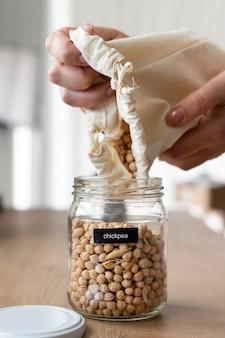 Feche as mãos segurando um saco de grão de bico