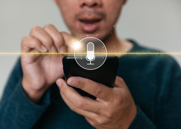 Feche as mãos segurando um smartphone. homem que trabalha com telefone inteligente e com a barra de pesquisa em branco.