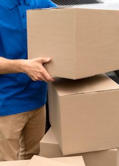 Feche as mãos segurando uma caixa
