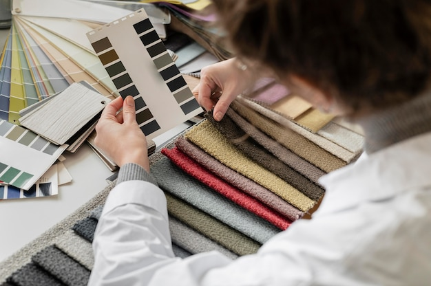 Feche as mãos segurando uma paleta de cores