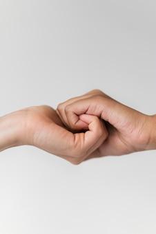 Feche as mãos segurando