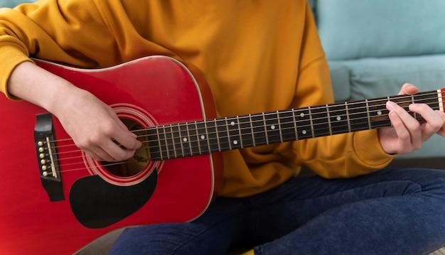 Feche as mãos tocando violão