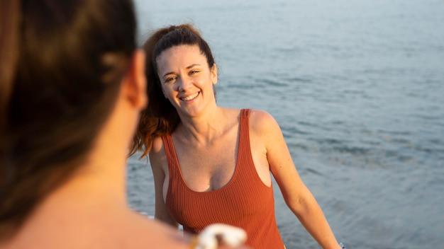 Feche as mulheres à beira-mar