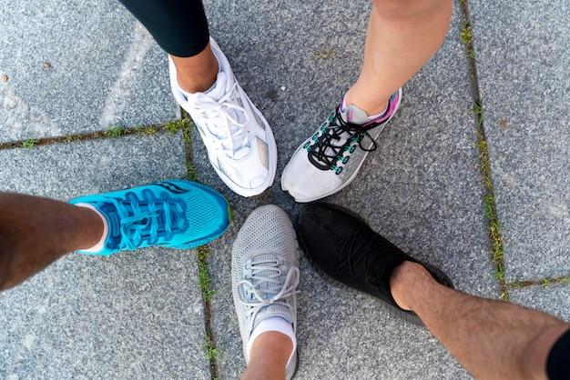 Feche as pernas com tênis de corrida
