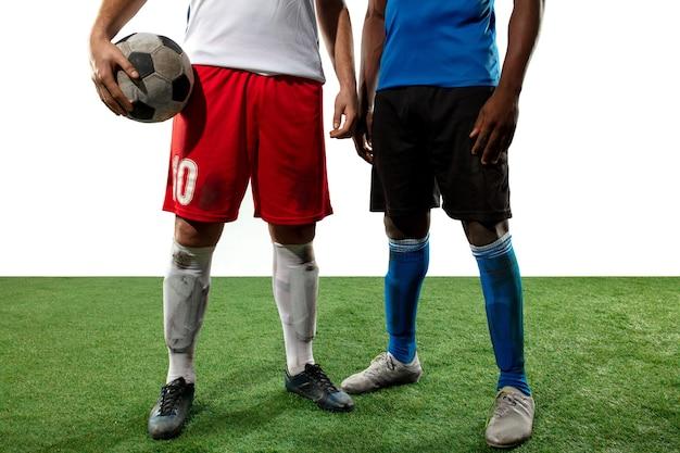 Feche as pernas do jogador de futebol profissional