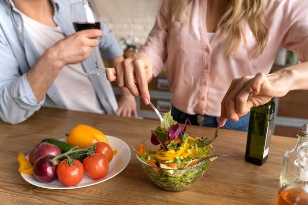 Feche as pessoas com comida e vinho