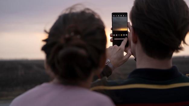 Feche as pessoas com smartphone