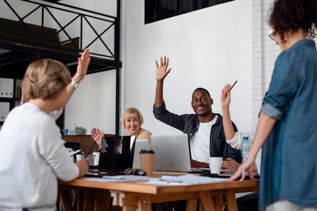 Feche as pessoas de negócios com as mãos para cima