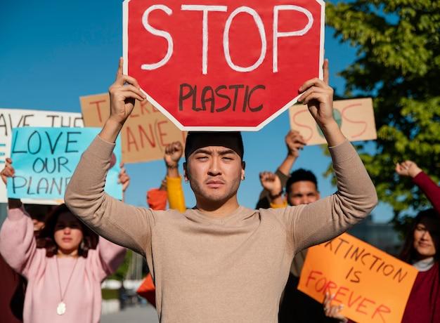 Feche as pessoas em um protesto ambiental