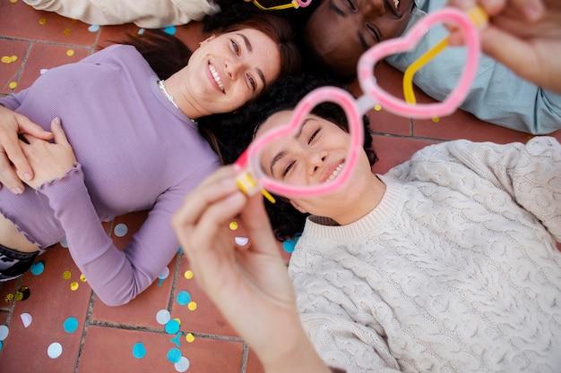 Feche as pessoas festejando com confete