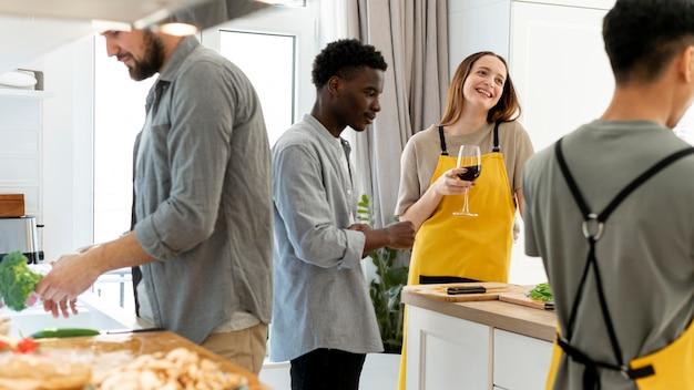 Feche as pessoas na cozinha