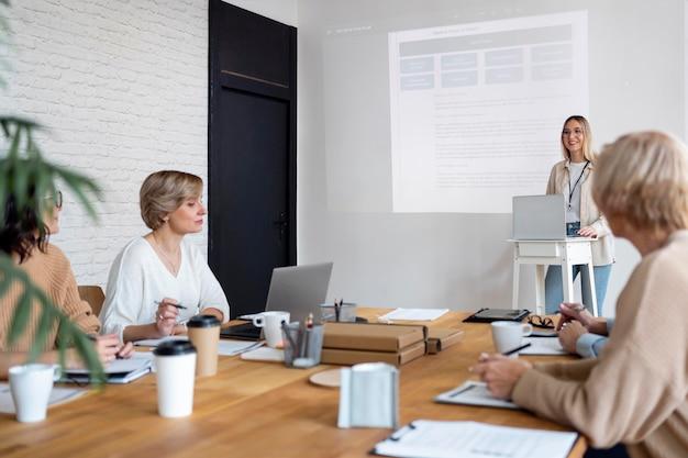 Feche as pessoas na reunião de negócios