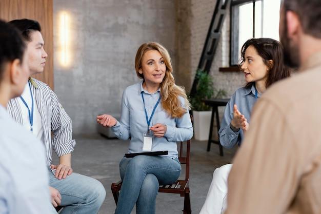Feche as pessoas na reunião de terapia
