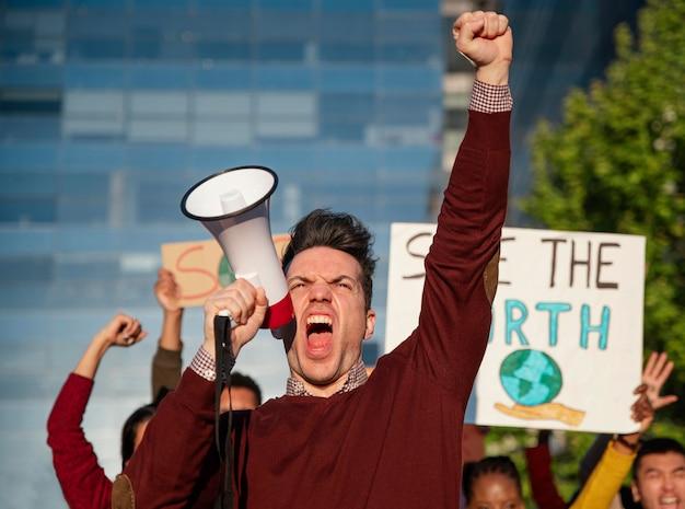 Feche as pessoas protestando ao ar livre