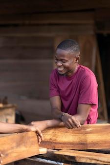 Feche as pessoas que trabalham com madeira