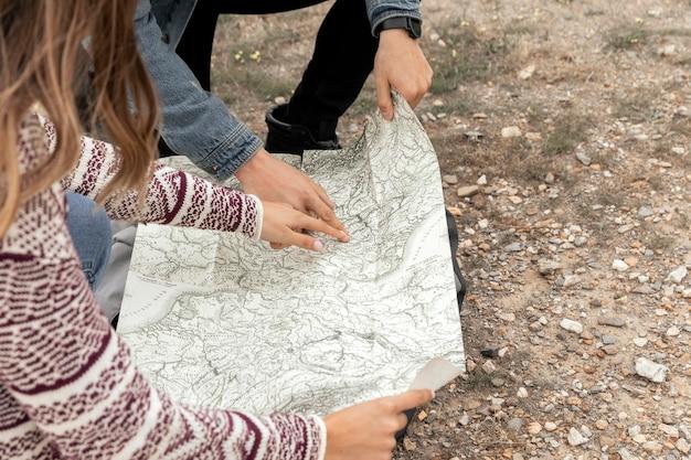 Feche as pessoas segurando o mapa Foto gratuita
