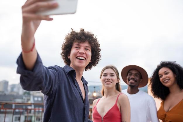 Feche as pessoas tirando selfie