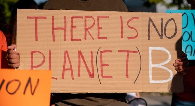 Feche ativistas protestando com cartazes