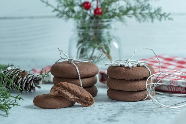 Feche biscoitos de chocolate frescos caseiros de foto. biscoitos natalinos.
