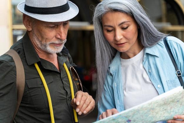 Feche casal sênior com mapa
