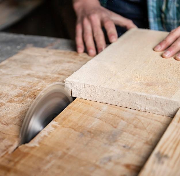 Feche cortando pranchas de madeira