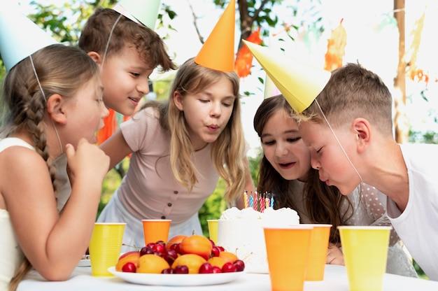 Feche crianças com bolo delicioso