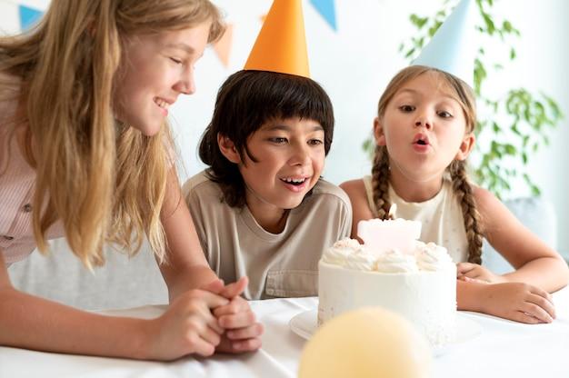 Feche crianças comemorando