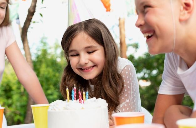 Feche crianças felizes com bolo