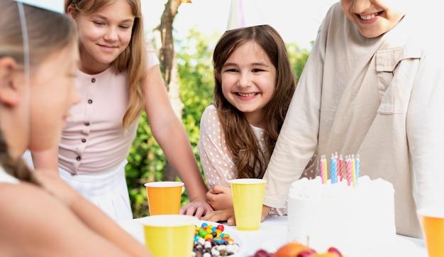 Feche crianças sorridentes com chapéus de festa