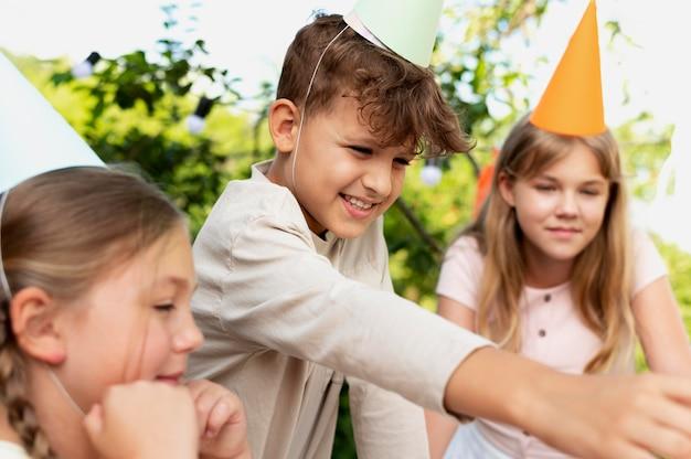 Feche crianças sorridentes comemorando