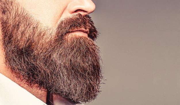 Feche de bonito homem elegante hipster de barba. homem barbudo close-up. barba é o seu estilo. close up de barbudo homem. macho com bigode crescendo.
