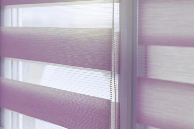 Feche de cortinas de rolo de tecido colorido na janela. cortinas de rolo.