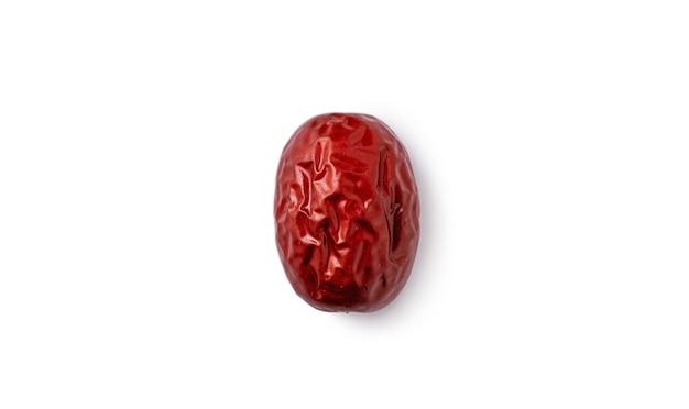 Feche de datas vermelhas chinesas (jujuba) isoladas no fundo branco com traçado de recorte.