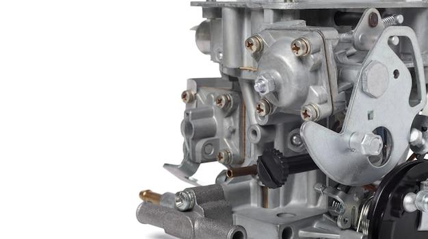 Feche de detalhes do carburador do carro contra a parede branca, pequena profundidade de foco, copie o espaço à esquerda. partes automotivas.