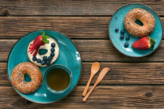 Feche de donuts com frutas frescas, xícara de chá. café da manhã