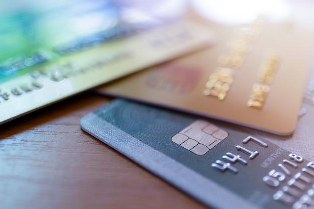 Feche de foco suave de cartão de crédito e foco seletivo para segundo plano. foco suave fechar cartão de crédito no fundo da mesa de madeira