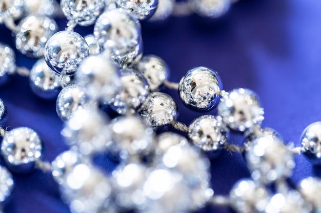 Feche de grânulos de prata. conceito de decoração de natal e feriado