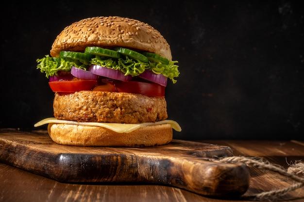 Feche de hambúrgueres saborosos e frescos