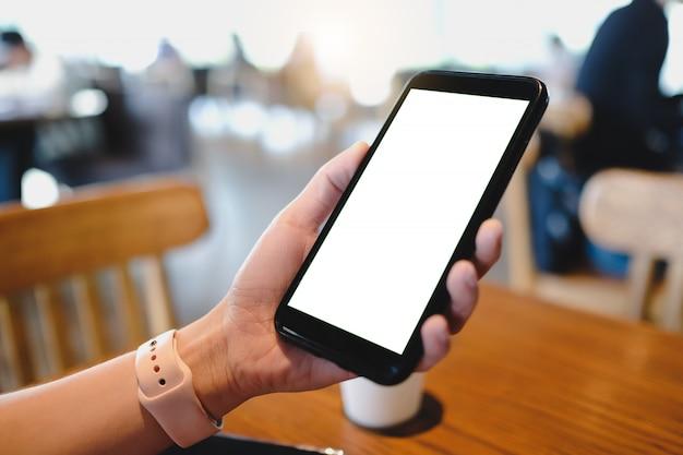Feche de homem usando produtos de ordem de celular em branco para fazer compras on-line dentro do café.