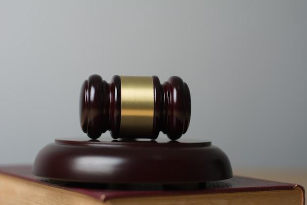 Feche de juiz hummer em fundo de madeira.